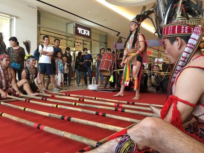 Photo: Image Shopping Mall Bamboo Dance